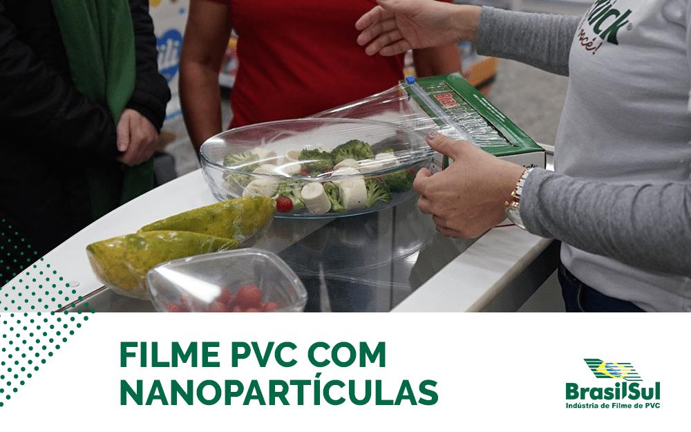 Mãos de uma mulher estão usando a caixa com cortador do filme BrasPratick para embalar uma tigela com vegetais.
